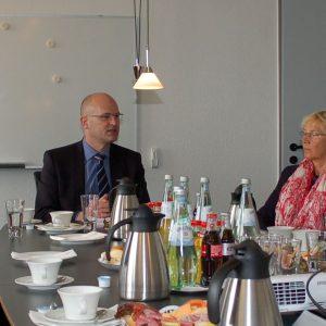 Die Bundestagsabgeordneten Dietmar Nietan (SPD/r.) und Oliver Krischer (Grüne/2.v.r.) diskutierten mit der Krankenhausführung um Dr. Gereon Blum über die Krankenhausfinanzierung. Foto Lammertz