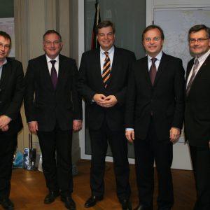 Verkehrsstaatsekretär Enak Ferlemann MdB (Mitte) besprach mit Bürgermeister Paul Larue (2.v.l.), dem Parlamentarischen Staatssekretär Thomas Rachel MdB (2.v.r.) sowie Dietmar Nietan MdB (r.) und Oliver Krischer MdB (l.) die Zukunft der B56n
