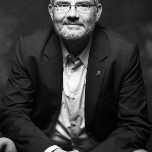 Dietmar Nietan im hochformatigen Portrait.