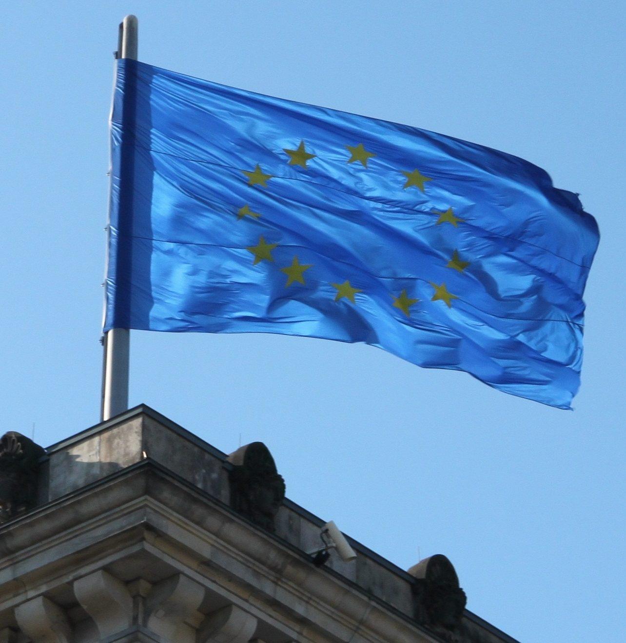 Foto der EU-Fahne auf dem Reichstag.