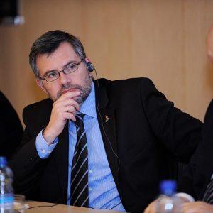 Dietmar Nietan bei einer Debatte in Warschau.